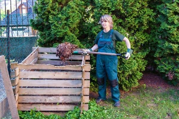 Перемешиванием слои компоста