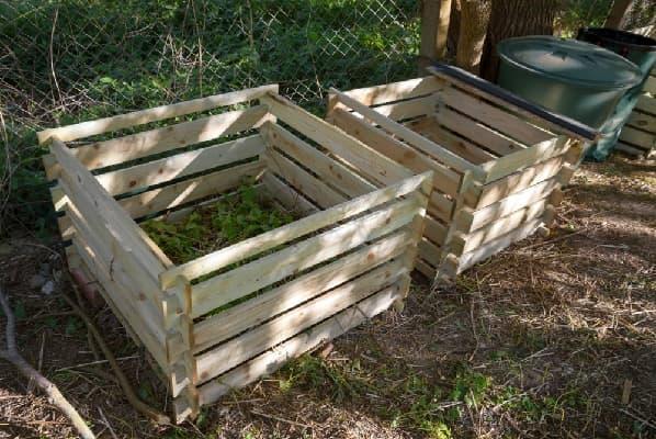Деревянные ящики с компостом